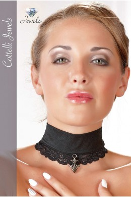 Black chocker with lace and pendant.