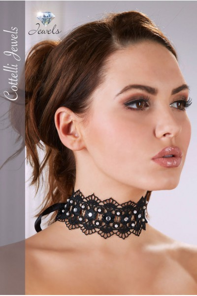 Embroidered choker with pearls and rhinestones.