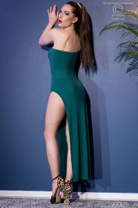 Long one-shoulder dress with slit and thong. Green